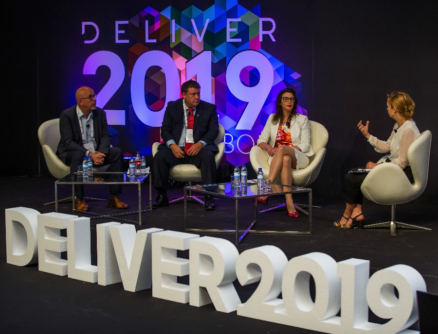 Achim Himmelreich (left), André Pharand (centre) and Shana Laurie de Hernandez (2nd from right) discuss AI in logistics at Deliver 2019