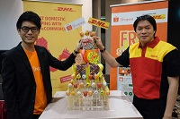 Shopee's Esten Mok and DHL's Kiattichai <p> Pitpreecha launch the Malaysia partnership