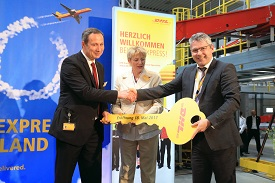 Markus Reckling (right) opens the Hamburg station.
